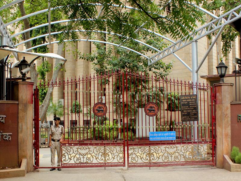 Парадные ворота в RBI (Резервный банк Индии) в Нью-Дели, Индия