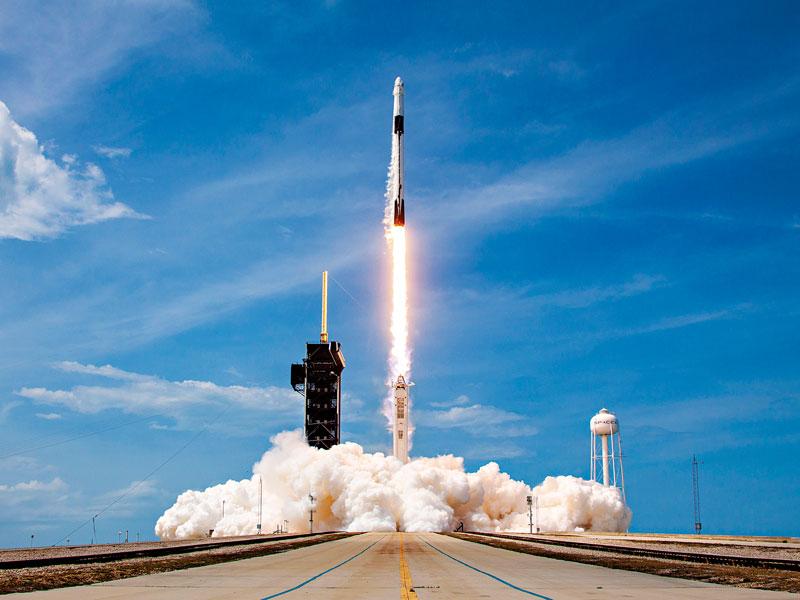 Ракета SpaceX запускается с мыса Канаверал, США