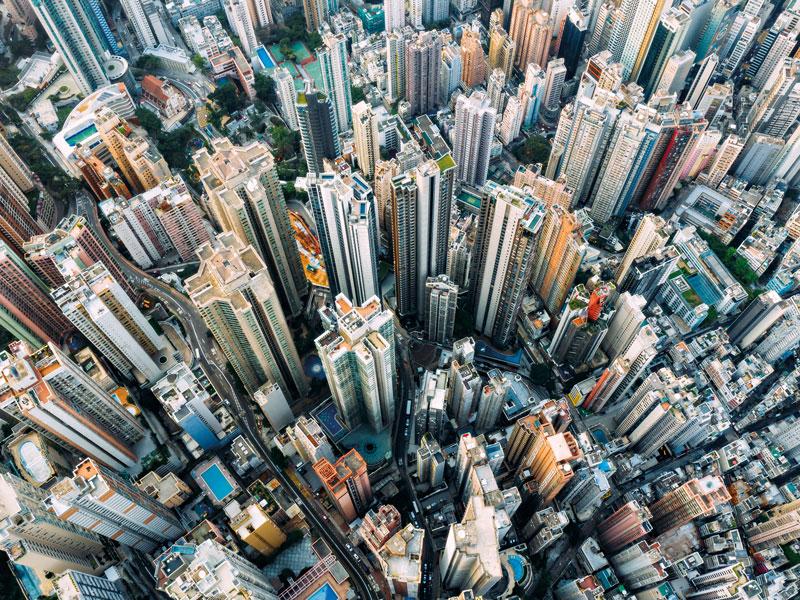 Вид с воздуха на многоэтажное жилье в Гонконге, наименее доступном месте в мире
